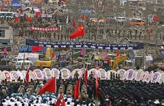 <p>21 aprile 2010. I soldati, i poliziotti, i dottori e i soccorritori ricordano le vittime del terremoto. REUTERS/Donald Chan</p>