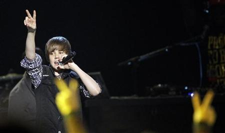 Singer Justin Bieber performs at the Nickelodeon Kids' Choice Awards in Los Angeles March 27, 2010. REUTERS/Mario Anzuoni