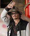"""<p>Ator Johnny Depp participa de evento promocional do filme """"Alice no País das Maravilhas"""" em Tóquio. O filme, inspirado no conto do escritor inglês Lewis Carroll e dirigido por Tim Burton, estreia nesta semana em circuito nacional. 22/03/2010 REUTERS/Toru Hanai</p>"""