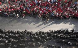 <p>Подразделения тайской полиции противостоят оппозиционным демонстрантам, собравщимся в деловом округе Бангкока, 23 апреля 2010 года. Сотни бойцов штурмовых подразделений тайской полиции противостоят оппозиционным демонстрантам в финансовом районе Бангкока в пятницу спустя день после того, как в результате взрыва нескольких гранат как минимум один человек погиб и 86 получили ранения. REUTERS/Vivek Prakash</p>