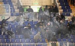<p>Scontri tra tifosi allo stadio durante una partita Roma-Lazio. REUTERS/Alessandro Bianchi</p>