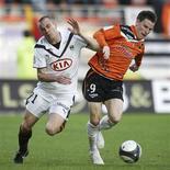 <p>Kevin Gameiro, do Lorient (à direita) briga pela bola com Mathieu Chalme, do Bordeaux, na partida pelo campeonato francês em Lorient, 24 de abril de 2010. A impressionante queda livre do Girondins Bordeaux continuou neste sábado com a derrota por 1 x 0 para o Lorient. REUTERS/Stephane Mahe</p>