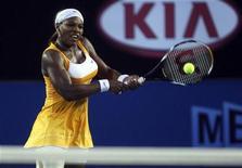 <p>Серена Уильямс отбивает удар Жюстин Энен в финале турнира Australian Open в Мельбурне 30 января 2010 года. За прошедшую неделю расположение 20 сильнейших теннисисток планеты в рейтинге WTA абсолютно не изменилось и первую строчку все так же занимает Серена Уильямс. REUTERS/Mark Kolbe/Pool</p>