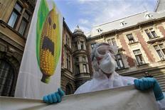 <p>Uomo manifesta contro il mais ogm, foto d'archivio. REUTERS/Mihai Barbu</p>