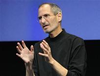"""<p>Foto de archivo del presidente ejecutivo de Apple, Steve Jobs, durante una sesión de preguntas y respuestas al término de un evento en Cupertino, EEUU, abr 8 2010. Jobs calificó el jueves al software multimedia Adobe Flash como un """"sistema cerrado"""" que no se adapta bien a los dispositivos móviles de la empresa, en una escalada de la guerra de declaraciones entre las dos compañías. REUTERS/Robert Galbraith</p>"""