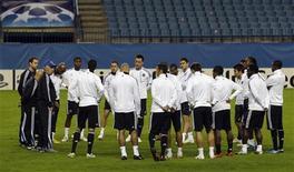 """<p>Игроки """"Челси"""" на тренировке в Мадриде 2 ноября 2009 года. В воскресенье 2 мая """"Челси"""" сыграет с """"Ливерпулем"""" в рамках чемпионата Англии в 16.30 МСК. REUTERS/Dani Cardona</p>"""
