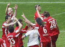 <p>O Bayern de Munique praticamente garantiu o título da Bundesliga neste sábado ao vencer o VfL Bochum, enquanto o rival Schalke 04 perdeu para o Werder Bremen, abrindo uma vantagem de 3 pontos e um saldo muito maior de gols faltando apenas uma rodada para o final do campeonato. REUTERS/Michael Dalder (GERMANY - Tags: SPORT SOCCER) ONLINE CLIENTS MAY USE UP TO SIX IMAGES DURING EACH MATCH WITHOUT THE AUTHORITY OF THE DFL. NO MOBILE USE DURING THE MATCH AND FOR A FURTHER TWO HOURS AFTERWARDS IS PERMITTED WITHOUT THE AUTHORITY OF THE DFL. FOR MORE INFORMATION CONTACT DFL DIRECTLY</p>