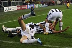<p>Calciatori festaggiano un gol in una immagine di archivio. REUTERS/Alessandro Bianchi</p>