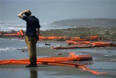 <p>Un reportero observa la contaminación petrolera en la costa de South Pass, Lusiana. Mayo 2 2010. La gigante de energía BP Plc, cuya reputación fue golpeada por un catastrófico derrame de petróleo que amenaza las costas del Golfo de México, dijo el lunes que trabaja para frenar la emanación submarina y reiteró su promesa de pagar la limpieza y compensar los daños. REUTERS/Carlos Barria</p>