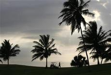 <p>A man walks in a golf course in Varadero, Cuba May 4, 2008. REUTERS/Claudia Daut</p>
