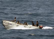 <p>Сомалийские пираты направляются к берегу в Аденском заливе 8 октября 2008 года. Сомалийские пираты захватили в среду танкер российской компании Новошип у восточного побережья Африки, говорится в заявлении военно-морской группировки ЕС. REUTERS/Jason R. Zalasky/U.S. Navy/Handout</p>
