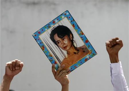 Myanmar nationals living in Thailand hold portraits of pro-democracy icon Aung San Suu Kyi and shout slogans during a protest outside the Myanmar embassy in Bangkok May 31, 2009. REUTERS/Chaiwat Subprasom