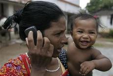 <p>Donna parla a telefono, foto d'archivio. REUTERS/Parth Sanyal</p>