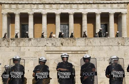 Riot police guard the Greek parliament in Athens during continued protests over announcement of draconian austerity measures, May 6, 2010. REUTERS/Yiorgos Karahalis