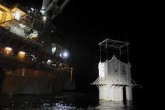 <p>Imagen de una cúpula de contención de la contaminación en el Golfo de México. Mayo 6 2010. Ingenieros de la gigante de energía BP Plc bajaron cuidadosamente el viernes una monumental cúpula sobre un dañado pozo petrolero en el lecho marino del Golfo de México, en un esfuerzo por contener el creciente derrame de crudo. REUTERS/U.S. Coast Guard/Petty Officer 3rd Class Patrick Kelley/Handout</p>
