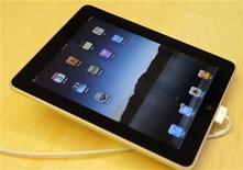 <p>Foto de archivo de un iPad de Apple en una de sus tiendas en San Francisco, EEUU, abr 3 2010. La empresa tecnológica estadounidense Apple dijo el viernes que el 28 de mayo lanzará el iPad en nueve mercados internacionales, tras el fuerte debut que tuvo en Estados Unidos el mes pasado. REUTERS/Robert Galbraith</p>