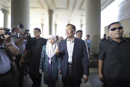 Malaysia's opposition leader Anwar Ibrahim and wife Wan Azizah Wan Ismail arrive at the courthouse in Kuala Lumpur May 10, 2010. REUTERS/Samsul Said