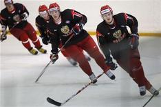 <p>Игроки сборной России по хоккею во время тренировки в Новогорске, пригород Москвы 6 мая 2010 года.REUTERS/Denis Sinyakov</p>