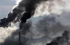 <p>Fumo e vapore immessi nell'aria da una fabbrica, foto d'archivio. REUTERS/Denis Sinyakov</p>