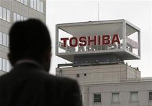 <p>Imagen de archivo de un hombre caminando frente a las oficinas de Toshiba Corp en Tokio. Ene 29 2010. Toshiba Corp busca ampliar su inversión de capital, principalmente en sus negocios de chips e infraestructura, mientras que su rival Hitachi se sumó a otros fabricantes de electrónica japoneses con un pronóstico de crecimiento optimista. REUTERS/Toru Hanai/ARCHIVO</p>