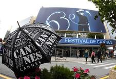 """<p>Palácio do Festival de Filmes de Cannes, na França. O filme de ação e aventura """"Robin Hood"""", do diretor Ridley Scott, abrirá o festival deste ano, dando início a 11 dias de exibições na Riviera Francesa. 11/05/2010 REUTERS/Eric Gaillard</p>"""