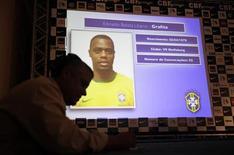 <p>Журналист переписывает имена игроков из Сборной Бразилии, которые примут участие в чемпионате мира по футболу в ЮАР, 11 мая 2010 года. Сборная Бразилии опубликовала имена 23 игроков, которые отправятся на предстоящий чемпионат мира по футболу в ЮАР. REUTERS/Sergio Moraes</p>
