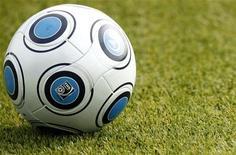 <p>Футбольный мяч лежит на газоне на стадионе в Майнце, 7 октября 2009 года. Расписание наиболее значимых футбольных матчей в России и Европе, которые пройдут с 12 по 16 мая. REUTERS/Johannes Eisele</p>