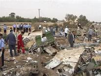 <p>Спасатели разбирают обломки разбившегося в Ливии пассажирского лайнера, 12 мая 2010 года. Катастрофа пассажирского лайнера в Ливии унесла жизни 105 человек, сообщил телеканал Al Arabiya, ссылаясь на официальные источники. REUTERS/Libyan TV via Reuters TV</p>