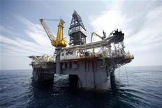 <p>Imagen del Driller III, que está ayudando a controlar el derrame de petróleo, es visto mar adentro en las contaminadas aguas del Golfo de México. Mayo 11 2010. Ejecutivos petroleros enfrentarán el miércoles un segundo día de preguntas en el Congreso de Estados Unidos sobre una mortal ruptura en un pozo que causó un enorme derrame de crudo y la amenaza con un desastre ambiental en el Golfo de México. REUTERS/Gerald Herbert</p>