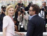 """<p>Atores Cate Blanchett e Russell Crowe posam para fotos pelo filme """"Robin Hood"""" no Festival de Cannes. A versão épica criada por Ridley Scott marcará a abertura oficial dos 12 dias do festival de cinema. 12/05/2010 REUTERS/Christian Hartmann</p>"""