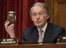 <p>El representante Edward Markey sostienen un recipiente que contiene petróleo recogido del derrame ocurrido en el Golfo de México durante una audiencia en el Capitolio, Washington, mayo 12 2010. REUTERS/Yuri Gripas (UNITED STATES)</p>