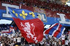 """<p>Болельщики французского """"Лиона"""" поддерживают свою команду в матче Лиги чемпионов в Лионе 27 апреля 2010 года. REUTERS/Robert Pratta</p>"""