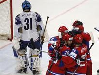 <p>Игроки сборной России празднуют гол в ворота команды Казахстана на чемпионате мира по хоккею в Кельне 11 мая 2010 года. REUTERS/Grigory Dukor</p>