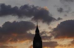 <p>Le soleil se couche derrière le palais de Westminster, à Londres. Les Britanniques passeraient six mois de leur existence à discuter de la pluie, du beau temps et de tout ce qui a trait à la météo en général, à en croire une étude publiée vendredi par Lloyds TSB Insurance. /Photo d'archives/REUTERS/Andrew Winning</p>