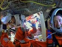 <p>Imagen de NASA TV muestra al comandandte del Atlantis Ken Ham sonrie sosteniendo un espejo que refleja al piloto Tony Antonelli mientras se preparan a despegar. Mayo 14 2010. La nave Atlantis despegó el viernes desde el Centro Espacial Kennedy en Florida, en una de las últimas tres misiones de transbordador de la NASA para la Estación Espacial Internacional. REUTERS/NASA TV</p>