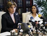 <p>Charlotte Lewis, a destra, con l'avvocato Gloria Allred. REUTERS/Fred Prouser</p>