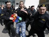 <p>Сотрудники милиции задержали активиста гей-движения в Минске, 15 мая 2010 года. Милиция в Минске разогнала в субботу демонстрацию активистов гей-движения, в которой участвовали около 20 человек, задержав большинство демонстрантов. REUTERS/Vasily Fedosenko</p>