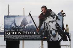 """<p>Рабочие устанавливают рекламный щит фильма """"Робин Гуд"""" в Каннах 11 мая 2010 года. Боевик """"Робин Гуд"""" Ридли Скотта по мотивам знаменитой английской легенды опередил конкурентов по размеру мировых кассовых сборов в первые выходные проката, но уступил """"Железному человеку 2"""" в США, сообщила кинокомпания Universal Pictures. REUTERS/Yves Herman</p>"""