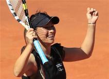 <p>Aravane Rezai comemora após derrotar Venus Williams no final do Aberto de Madri. Rezai abriu seu caminho para o maior título de sua carreira ao surpreender a quarta cabeça-de-chave, Venus Williams, e vencer a final do campeonato, neste domingo, por 6-2 e 7-5. 16/05/2010 REUTERS/Susana Vera</p>