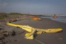 <p>Parte de las barreras de contención utilizadas contra el derrame de crudo que se encamina a las orillas de la costa estadounidense. Mayo 15 2010. El gigante energético BP obtuvo el domingo un éxito relativo en la contención del petróleo que brota en el Golfo de México y dijo que podría detener el flujo de forma permanente en alrededor de una semana. REUTERS/Lee Celano</p>