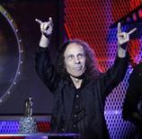 <p>Ronnie James Dio recebe prêmio de melhor vocalista no Golden Gods em Los Angeles. O vocalista de heavy metal que substituiu Ozzy Osbourne no Black Sabbath, morreu no domingo, cinco meses depois de ser diagnosticado com câncer de estômago, aos 67 anos. 08/04/2010 REUTERS/Mario Anzuoni</p>