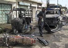 <p>Пакистанский полицейский осматривает место взрыва боевика- смертника в городе Дера Исмаил Хан 18 мая 2010 года. Как минимум 12 человек погибли и еще 10 получили ранения в результате взрыва, устроенного экстремистом-смертником в городе Дера Исмаил Хан на северо-западе Пакистана, сообщили врачи. REUTERS/Mustansar Baloch</p>