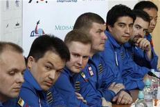 <p>Voluntarios del experimento Mars500 en una conferencia de prensa en Moscú. Mayo 18 2010. Seis hombres de Rusia, Europa y China se preparan para pasar 520 días juntos en un reducido espacio sellado para simular un viaje a Marte y probar cómo afectaría a los humanos un aislamiento prolongado. REUTERS/Sergei Karpukhin</p>