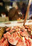 <p>Mercato del pesce in foto d'archivio. REUTERS/Laszlo Balogh</p>