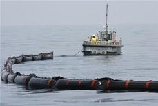 <p>Un barco despliega una línea de contención para recoger petróleo que mana del pozo de BP dañado en la profundidad del Golfo de México. Mayo 18, 2010 REUTERS/Hans Deryk</p>
