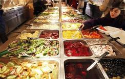 <p>Foto d'archivio di un self service. REUTERS/Finbarr O'Reilly (UNITED STATES - Tags: HEALTH FOOD)</p>