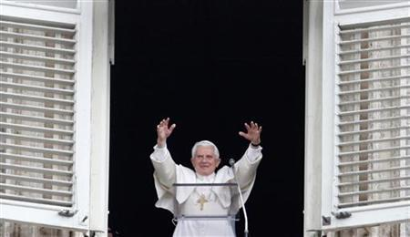 Pope Benedict XVI waves to the crowd gathered below in Saint Peter's square during Regina Coeli prayers at the Vatican May 16, 2010. REUTERS/Alessia Pierdomenico