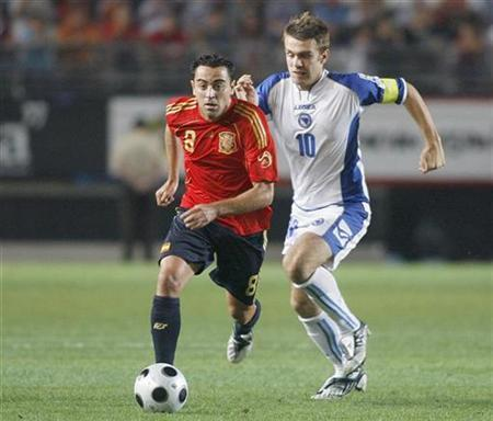 Spain's Xavi Hernandez (L) and Bosnia's Zvjezdan Misimovic fight for the ball during their World Cup 2010 qualifying soccer match in Murcia September 6, 2008. REUTERS/Heino Kalis