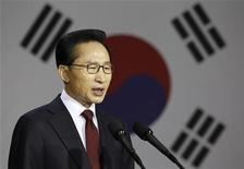 <p>Президент Южной Кореи Ли Мён Бак выступает с речью в военном музее рядом с американской военной базой в Сеуле, 24 мая 2010 года. Южная Корея пригрозила Северной отомстить за потопленный корабль, а США пообещали помочь Сеулу и призвали Китай не препятствовать этому. REUTERS/Lee Jae-Won</p>