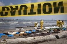 <p>Trabajadores contratados por BP limpian una playa contaminada por el derrame de petróleo del Golfo de México en Port Fourchon, Luisiana, mayo 23 2010. REUTERS/Lee Celano (UNITED STATES)</p>